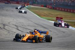 Fernando Alonso, McLaren MCL33, delante de Esteban Ocon, Force India VJM11