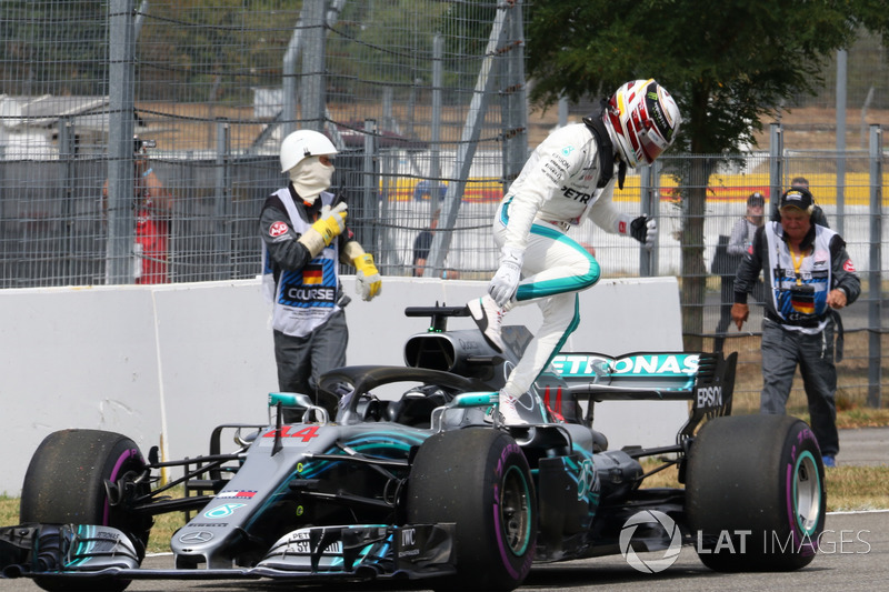 Lewis Hamilton, Mercedes-AMG F1 W09 stops on track