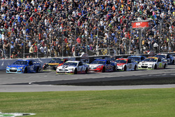Kyle Larson, Chip Ganassi Racing Chevrolet, Kevin Harvick, Stewart-Haas Racing Ford, e Joey Logano, Team Penske Ford