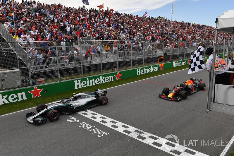Valtteri Bottas, Mercedes-AMG F1 W09 e Max Verstappen, Red Bull Racing RB14 prendono la bandiera a scacchi alla fine della gara