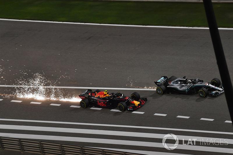 Max Verstappen, Red Bull Racing RB14 y Lewis Hamilton, Mercedes-AMG F1 W09 EQ Power batalla