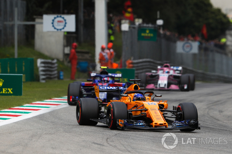 Fernando Alonso, McLaren MCL33, Pierre Gasly, Toro Rosso STR13, y Sergio Perez, Racing Point Force India VJM11