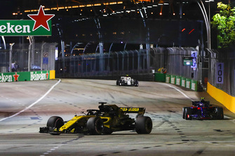 Nico Hulkenberg, Renault Sport F1 Team R.S. 18, leads Pierre Gasly, Scuderia Toro Rosso STR13
