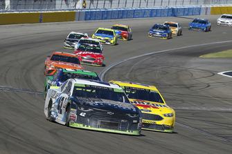 Kyle Larson, Chip Ganassi Racing, Chevrolet Camaro DC Solar Vegas Strong y Joey Logano, Team Penske, Ford Fusion Shell Pennzoil