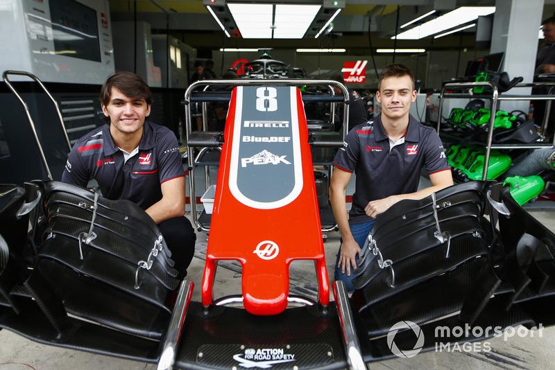 Les pilotes de développement de Haas, Pietro Fittipaldi et Louis Deletraz posent avec un aileron avant et un museau