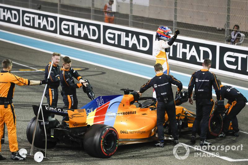 Fernando Alonso, McLaren, saluda a los fanáticos luego de completar su última carrera en la F1