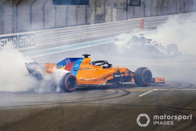 Fernando Alonso, McLaren MCL33, t Lewis Hamilton, Mercedes AMG F1 W09 EQ Power+, haciendo donas al final de la carrera