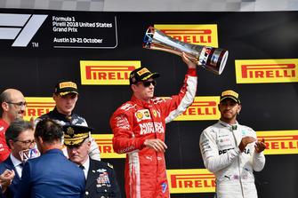 (Da sx a dx): Carlo Santi, ingegnere di pista Ferrari, Max Verstappen, Red Bull Racing, Kimi Raikkonen, Ferrari con il trofeo, e Lewis Hamilton, Mercedes AMG F1, festeggiano con