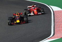 Max Verstappen, Red Bull Racing RB13 et Kimi Raikkonen, Ferrari SF70H en lutte pour une position