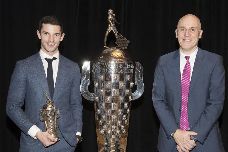 James Verrier de BorgWarner, y Indy 500 ganador 2016 Alexander Rossi con el trofeo Borg-Warner