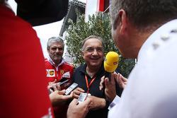 Sergio Marchionne, directeur exécutif de Fiat Chrysler, est interviewé aux côtés de Maurizio Arrivabene, Team Principal, Ferrari