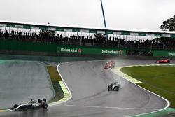 Lewis Hamilton, Mercedes AMG F1 W07 Hybrid mène devant son coéquipier Nico Rosberg, Mercedes AMG F1 W07 Hybrid