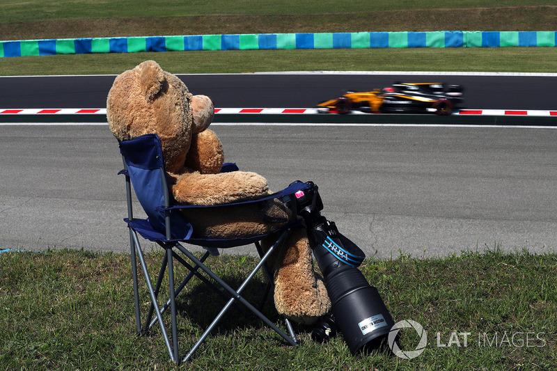 Nico Hulkenberg, Renault Sport F1 Team RS17 and Teddy bear