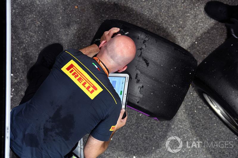 Pirelli-Ingenieur und -Reifen