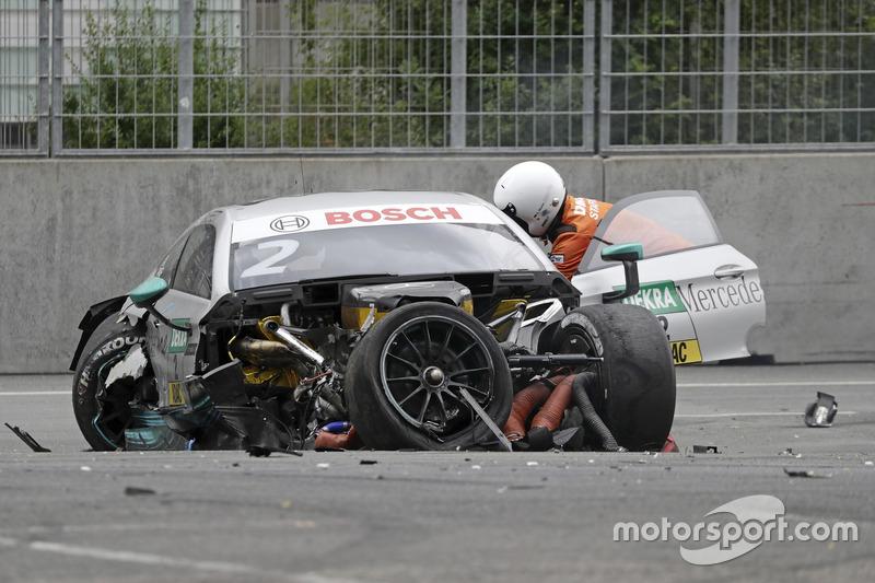 El auto de Gary Paffett, Mercedes-AMG Team HWA, Mercedes-AMG C63 DTM después del choque