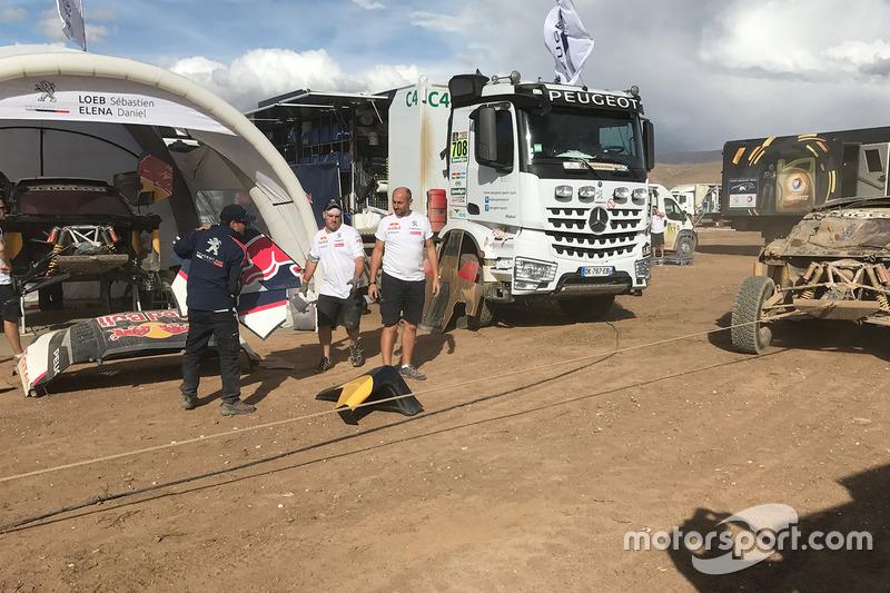 Damaged #304 Peugeot Sport Peugeot 3008 DKR: Carlos Sainz, Lucas Cruz