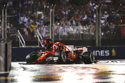 Kimi Raikkonen, Ferrari SF70H, und Max Verstappen, Red Bull Racing RB13, nach Crash
