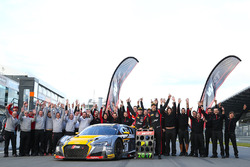 Los ganadores y campeones: #17 Belgian Audi Club Team WRT Audi R8 LMS: Stuart Leonard, Robin Frijns