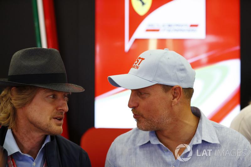 Owen Wilson e Woody Harrelson estiveram nos boxes da Ferrari. Eles também estiveram presentes para divulgar o filme Carros 3.