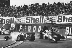 Зіткнення Лея Регаццоні (Ferrari 312T2) і Джеймса Ханта (McLaren M23)