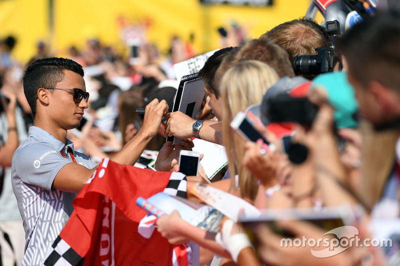 Pascal Wehrlein, Manor F1 Team signing autographs