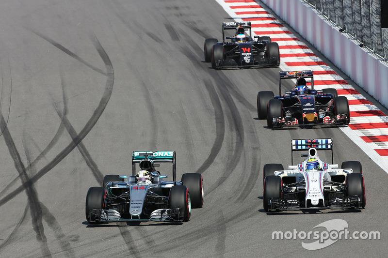 Lewis Hamilton, Mercedes AMG F1 Team W07 y Felipe Massa, Williams FW38 luchan por la posición