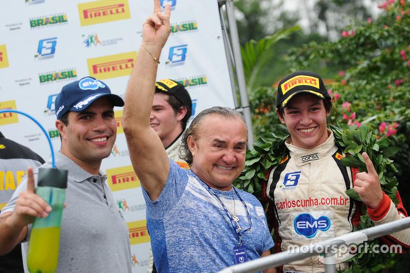 Carlos Cunha comemora com pai a vitória