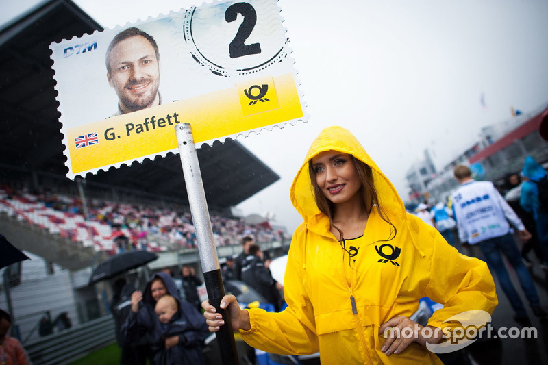 La grid girl di Gary Paffett, Mercedes-AMG Team ART, Mercedes-AMG C63 DTM
