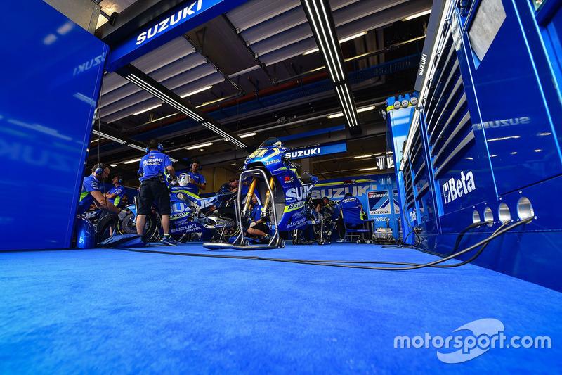 Atmosfera nel garage del Team Suzuki MotoGP