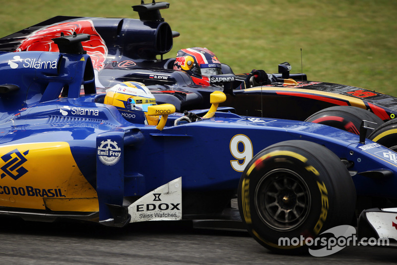 Marcus Ericsson, Sauber C35 and Daniil Kvyat, Scuderia Toro Rosso STR11 battle for position