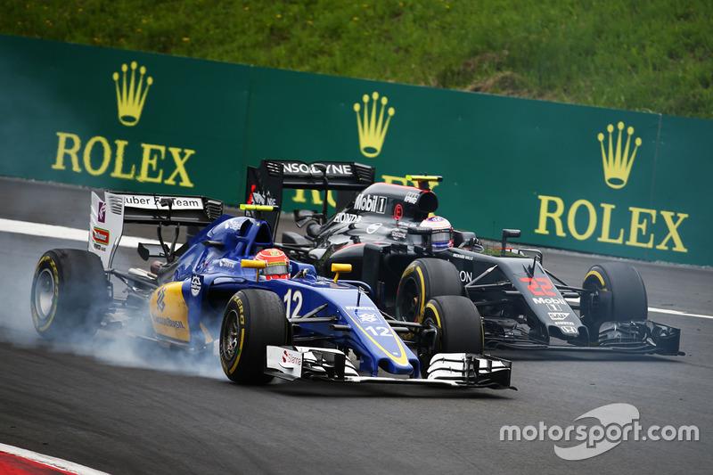 Фелипе Наср, Sauber C35 и Дженсон Баттон, McLaren MP4-31 - борьба за позицию