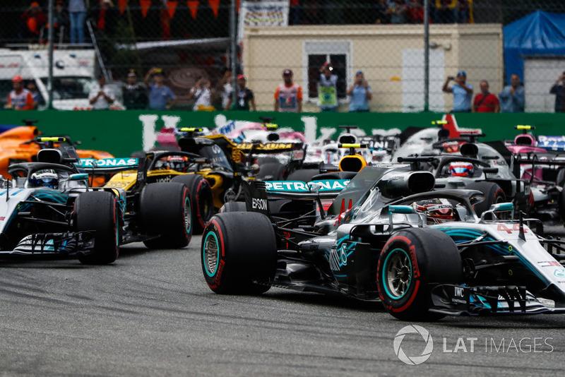 Lewis Hamilton, Mercedes AMG F1 W09, lidera Valtteri Bottas, Mercedes AMG F1 W09, Romain Grosjean, Haas F1 Team VF-18, Carlos Sainz Jr., Renault Sport F1 Team RS 18, y el resto del campo en el inicio