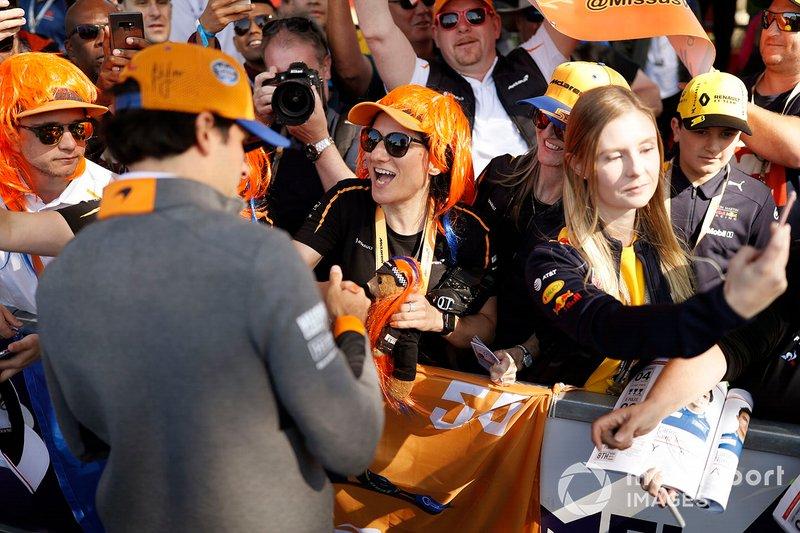 Carlos Sainz Jr., McLaren, firma un autógrafo para un fan