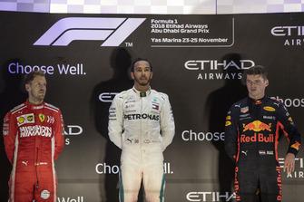 Sebastian Vettel, Ferrari, Lewis Hamilton, Mercedes AMG F1 et Max Verstappen, Red Bull Racing sur le podium