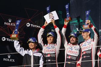 Podium LMP1 : les vainqueurs Mike Conway, Kamui Kobayashi, Jose Maria Lopez, Toyota Gazoo Racing avec Shigeki Tomoyama, président de Gazoo Racing