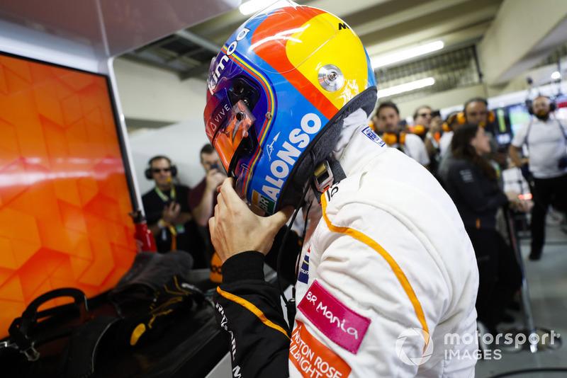 Fernando Alonso, McLaren, ajusta su casco protector