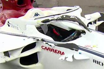 Des traces de pneu sur le Halo et le châssis de la Sauber de Charles Leclerc