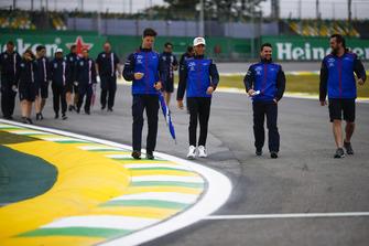 Pierre Gasly, Toro Rosso, e Sergio Perez, Force India, ispezionano il circuito con i colleghi