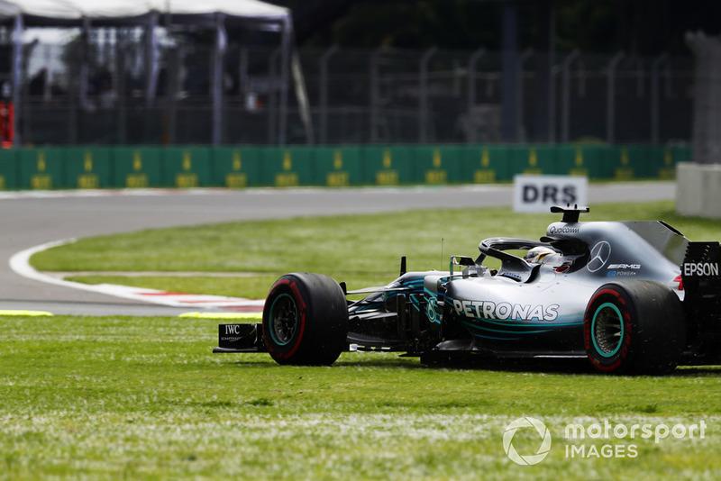 Lewis Hamilton, Mercedes AMG F1 W09 EQ Power+, corre sobre la hierba mientras él lucha con Daniel Ricciardo, Red Bull Racing RB14