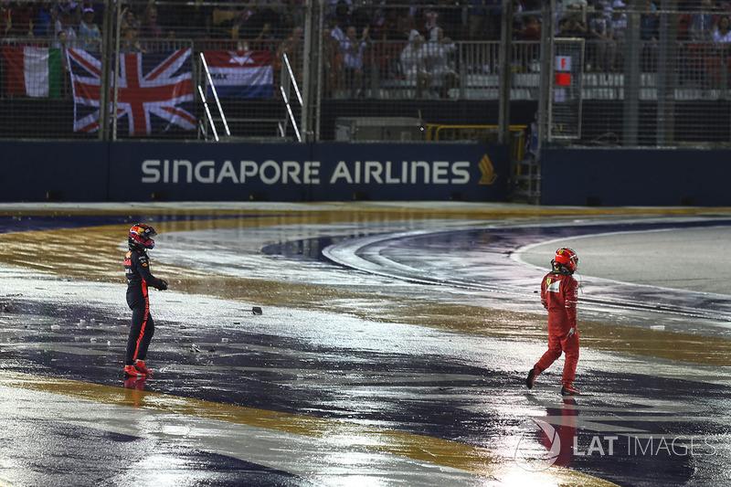 Kimi Raikkonen, Ferrari y Max Verstappen, Red Bull Racing caminan después del choque