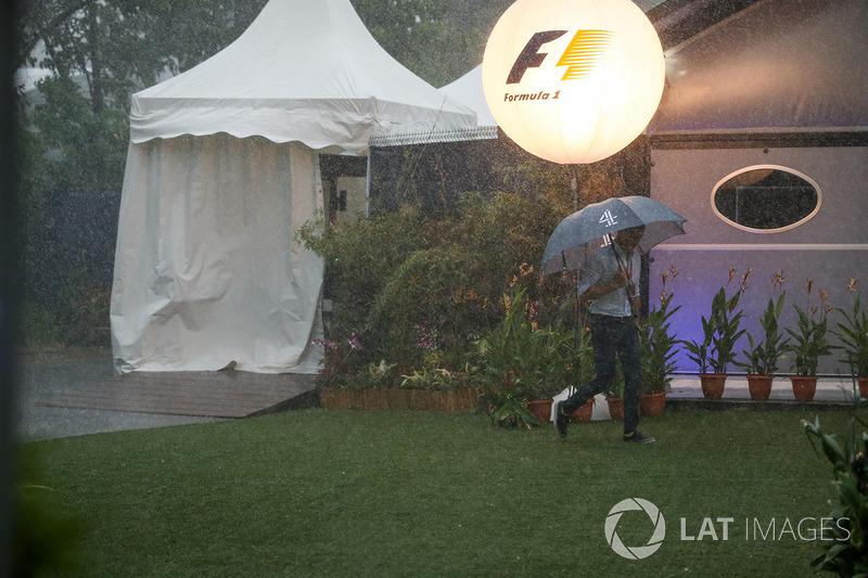 Com a classificação no seco, Cingapura teve chuvas durante o domingo, inclusive invadindo o horário da corrida.