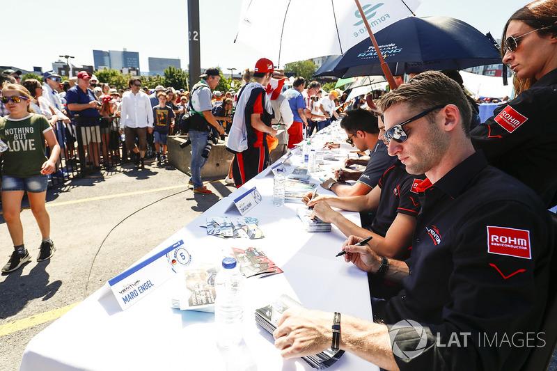 Maro Engel, Venturi, firma autógrafos para los fans