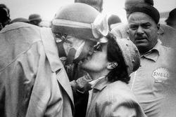 Yarış galibi Juan Manuel Fangio, Lancia-Ferrari D50 eşini öpüyor
