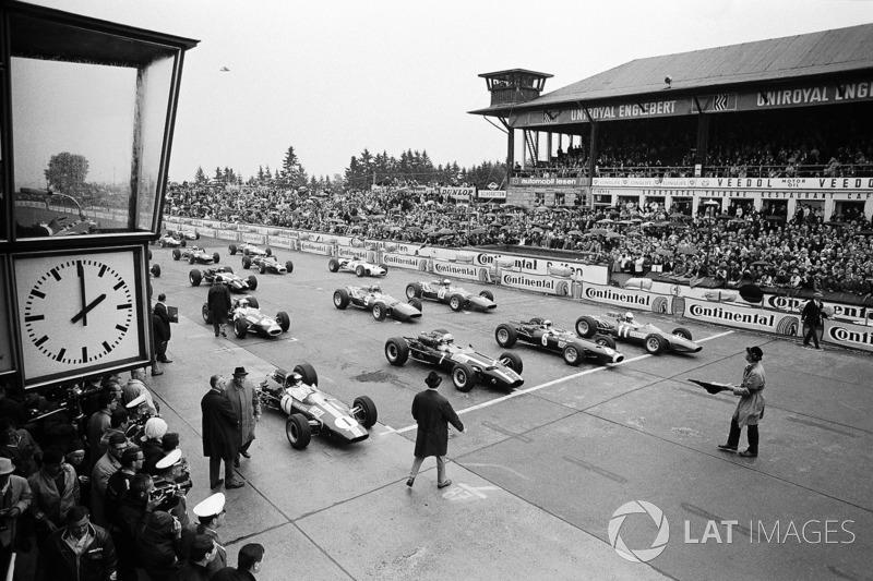 Володар поула Джим Кларк, Lotus, Джон Сьортіс, Cooper, Джекі Стюарт, BRM, і Людовіко Скарфіотті, Ferrari