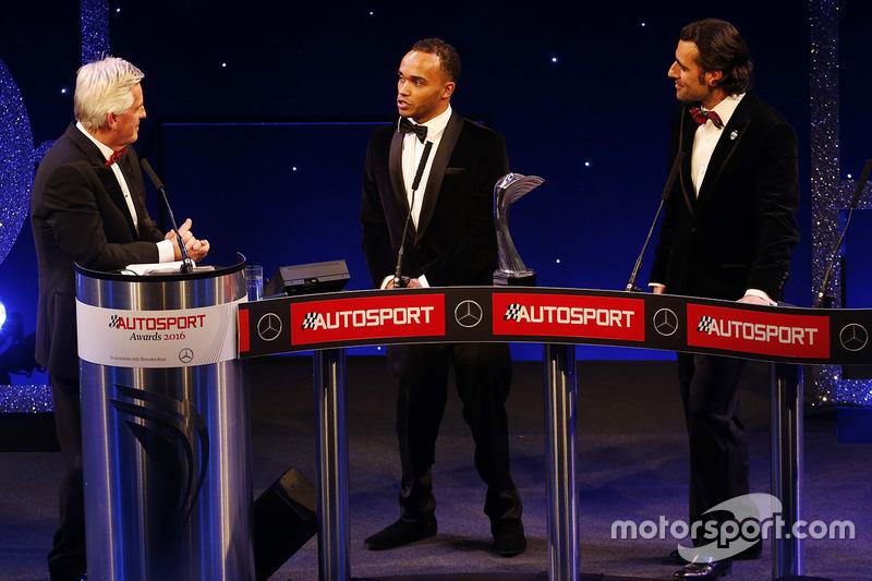 Nick Hamilton acepta el premio del piloto del año de la British Competition a nombre de su hermano, Lewis Hamilton