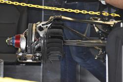 Mercedes  W08: assemblaggio dei freni posterioi