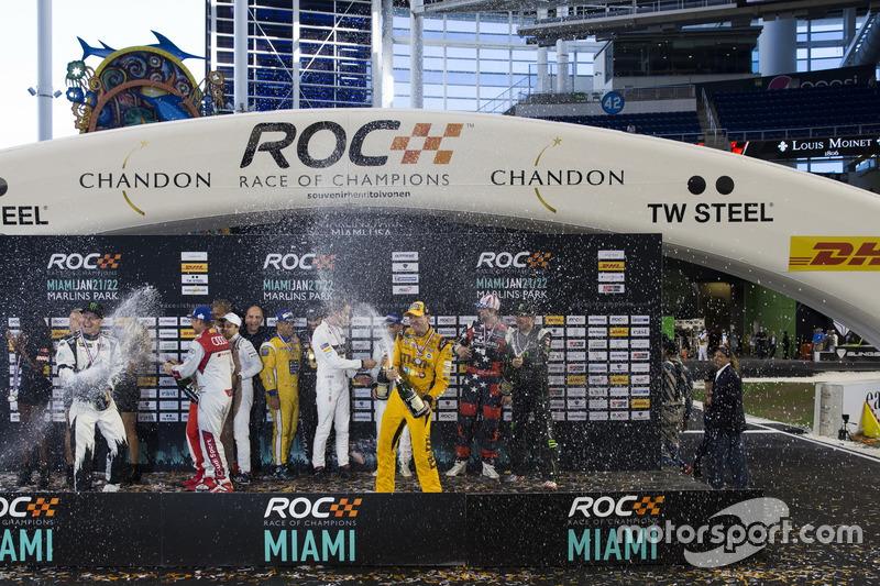 Los pilotos celebran en el podio
