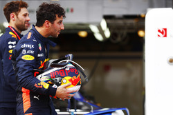 Daniel Ricciardo, Red Bull Racing, returns to the pit lane after an accident in qualifying