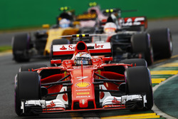 Kimi Raikkonen, Ferrari SF70H, devant Kevin Magnussen, Haas F1 Team VF-17