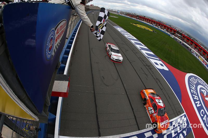 Zieldurchfahrt: Kyle Larson, Chip Ganassi Racing, Chevrolet